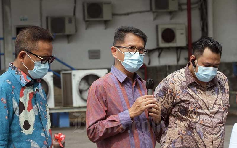 Direktur Utama PT Indofarma (Persero) Tbk. Arief Pramuhanto (tengah) didampingi Direktur Jejen Nugraha (kanan) dan Direktur Sahat Sihombing memberikan pemaparan di sela-sela pelepasan produk ekspor perusahaan di Cibitung, Jawa Barat, Jumat (11/6/2021). PT Indofarma (Persero) Tbk. melakukan ekspor produk farmasi sebanyak 4 unit kontainer dengan tujuan Karachi untuk kebutuhan pasar di Afghanistan. Adapun produk tersebut antara lain, obat ethical generik, ethical branded dan OTC serta salah satu produk pareto yakni OBH Plus, Floxinaf dan Indomag Syrup. Bisnis/Himawan L Nugraha