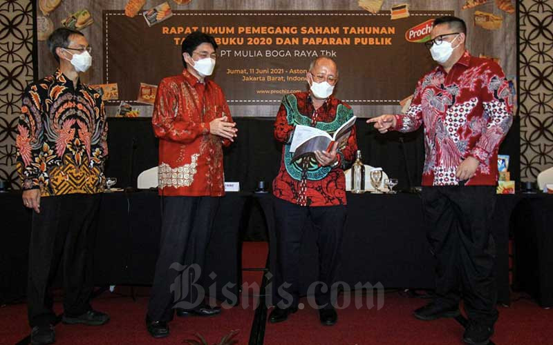 Direktur Utama PT Mulia Boga Raya Tbk. (KEJU) Bobby K Gandasaputra (kanan) berbincang dengan Direktur Paulus Tedjosutikno (kiri), Komisaris Utama Hartono Atmadja (kedua kiri) dan Komisaris Herbudianto di sela-sela Rapat Umum Pemegang Saham Tahunan (RUPST) di Jakarta, Jumat (11/6/2021). Perseroan berhasil mencatat pertumbuhan laba bersih sebesar 23,4% di tahun 2020 dan optimistis tumbuh hingga mid double digit di 2021, di antaranya dengan meluncurkan produk baru serta memperluas jaringan distribusi produk melalui sinergi bersama PT Garudafood Putra Putri Jaya Tbk. melalui pendekatan partnership. Selain itu RUPST menyepakati pengangkatan Bobby K Gandasaputra sebagai Direktur Utama. Bisnis/Arief Hermawan P