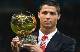 Ronaldo Pamerkan Trofi Ballon dOr di Stadion Bernabeu