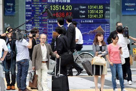 Suasana di salah satu bursa Asia - Reuters