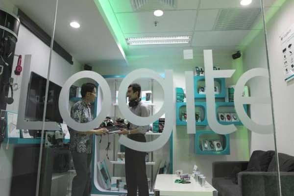 Pengguna dapat memainkan game mobile di smartphone layaknya menggunakan konsol game.  - bisnis.com