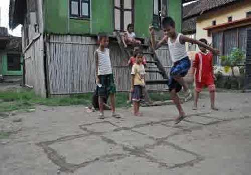 Komunitas Hong berusaha menjadi socialpreneur dengan memanfaatkan sebuah lahan yang memiliki luas sekitar 500 meter persegi di daerah Dago Pakar sebagai salah satu showroomyang berfungsi melatih mainan dan permainan rakyat.  - bisnis.com
