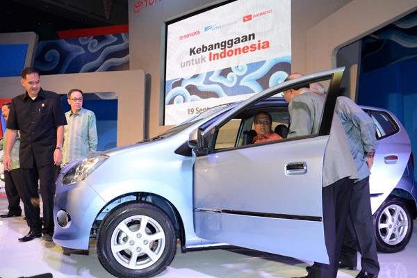 Ilustrasi-Menteri Perindustrian Mohamad S Hidayat saat mencoba mobil Daihatsu Ayla disaksikan Menteri Perdagangan Gita Wirjawan dan Presdir PT Astra Daihatsu Motor Sudirman MR seusai Peluncuran Mobil Toyota Agya  Daihatsu Ayla yang ramah lingkungan serta mengandung komponen lokal 84% di Jakarta, 19 September 2012.  - kemenperin.go