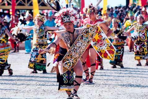 Tarian Dayak dalam pembukaan Erau 2001 Kutai Kartanegara. - kutaikartanegara.com
