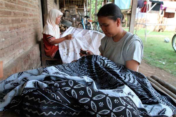 Perajin sedang menyelesaikan kain batik di Desa Pilang, Masaran, Sragen.  - solopos