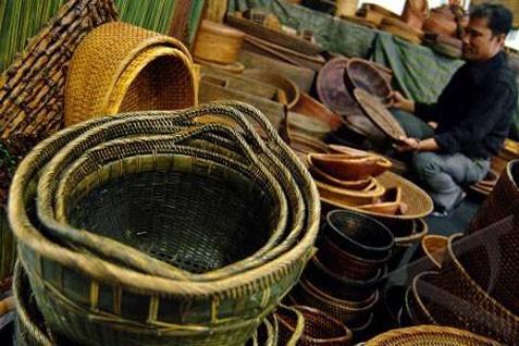 Produk unggulan Jateng yang akan tampil meliputi aneka batik dari berbagai daerah seperti Solo, Pekalongan Cilacap dan Banyumas, tenun Jepara dan Klaten, kerajinan berbasis kulit, logam, batu dan lainnya.  - bisnis.com