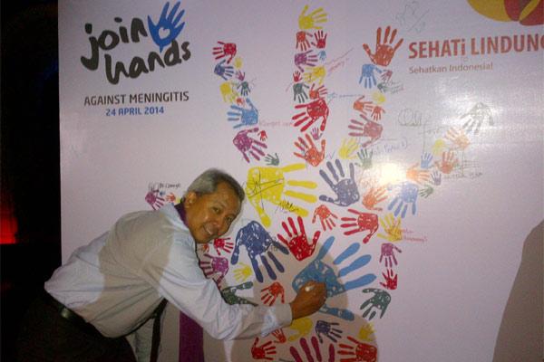 Presdir PT Novartis Indonesia Luthfi Mardiansyah membubuhkan tandatangannya wall of fame, sebagai tanda peluncuran Kampanye Sehati Lindungi. - Bisnis/Rahmayulis Saleh