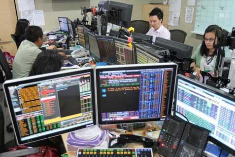 Kegiatan di kantor pialang saham. BEI melarang PT Amantara Securities Melakukan Transaksi - Bisnis