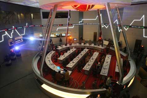 Suasana perdaganan di BEI. Indeks Bisnis 27 Menginformasikan harga saham emiten - Bisnis