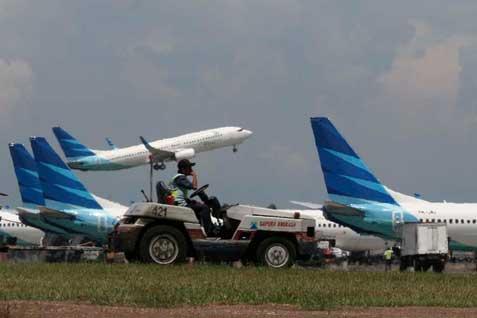 Pesawat Garuda bongkar muat di bandara. Pendapatan perseroan kuartal I stagnan - Bisnis