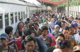 ARUS BALIK: Ribuan Pemudik Tiba di Stasiun Pasar Senen