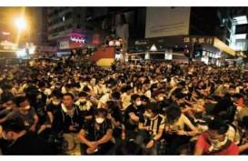 DEMO HONG KONG: Puluhan Ribu Pendemo Bertahan Hingga Malam
