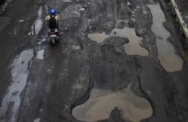 Warga Tunggu Perbaikan Jalan di Depan Kantor Walikota Tangsel