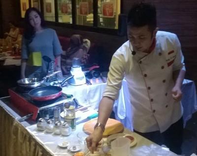 Chef Billy memeragakan memasak steak/Bisnis.com - Leo Dwi Jatmiko