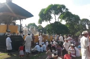 HARI RAYA GALUNGAN: Umat Hindu Penuhi Pura Agung Jagatnatha