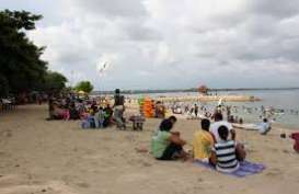 Masyarakat Bali Penuhi Pantai Sanur