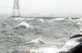 LIBUR NATAL & TAHUN BARU: Gelombang Tinggi, Wisatawan Dilarang Berenang di Kawasan Pantai Anyer