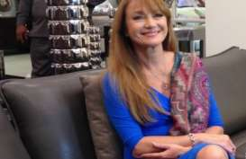 Gadis Bond Jane Seymour Senang Pakai Kebaya