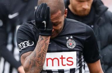 Everton Luiz Meninggalkan Lapangan Berurai Air Mata