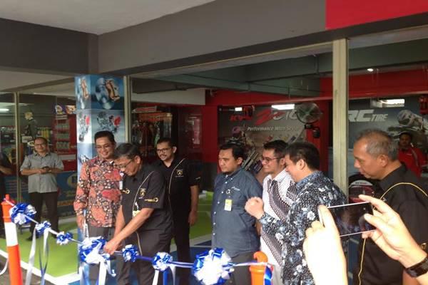 Direktur Operasi Pertamina Retail, Pramono Sulistiyo, menggunting pita sebagai pertanda peresmian kembali (relaunching) Bengkel Otomotif Bright Olimart SPBU COCO Abdul Muis, Jakarta Pusat, Selasa (21/2/2017)/foto: Bisnis - yusran yunus