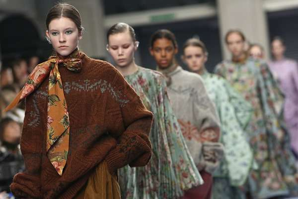 Koleksi busana Mulberry di London Fashion Week Autumn Winter 2017 -  Reuters/Neil Hall