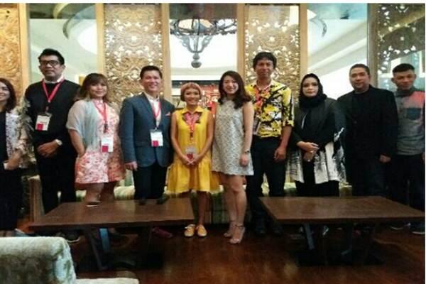 Sebagian anggota Asean Fashion Designers Showcase yang terbentuk pada Agustus 2015 memamerkan karyanya di Hotel Gran Melia, Jakarta. - .