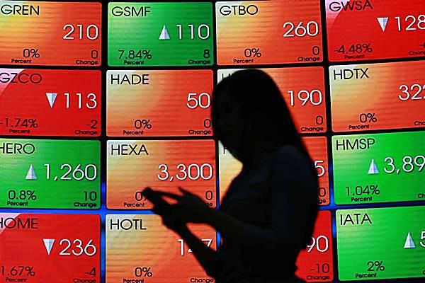 Mengamati pergerakan harga saham. - .Bisnis/Abdullah Azzam
