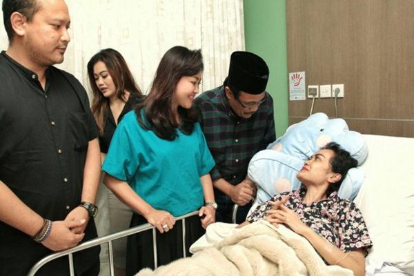 Djarot Saiful Hidayat dan istri Happy Farida membesuk artis Julia Perez (Jupe) yang sakit kanker serviks dan dirawat di RSCM - twitter