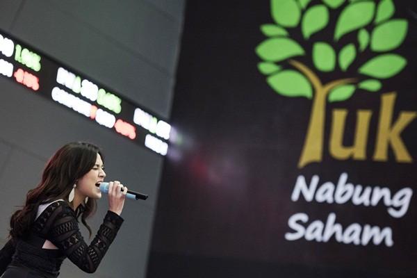 Penyanyi Raisa menghibur pengunjung saat Stock Sound penutupan perdagangan BEI, Jakarta, Jumat (31/3). - Antara/M Agung Rajasa