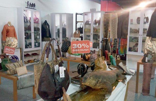 Tenant Scano Exotic menawarkan tas kulit berkualitas dengan harga diskon. - Bisnis