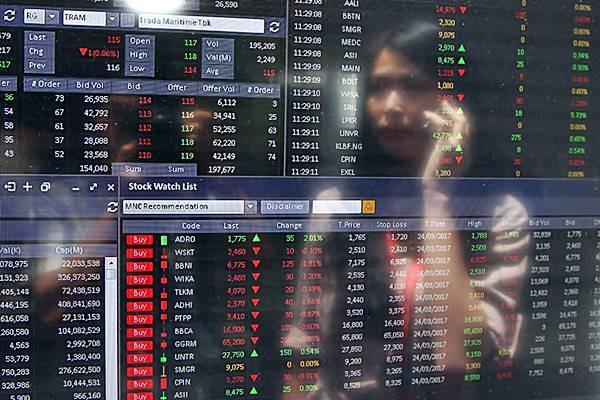 Investor mengamati indeks harga saham gabungan (IHSG) di salah satu kantor sekuritas, di Jakarta. - JIBI/Endang Muchtar