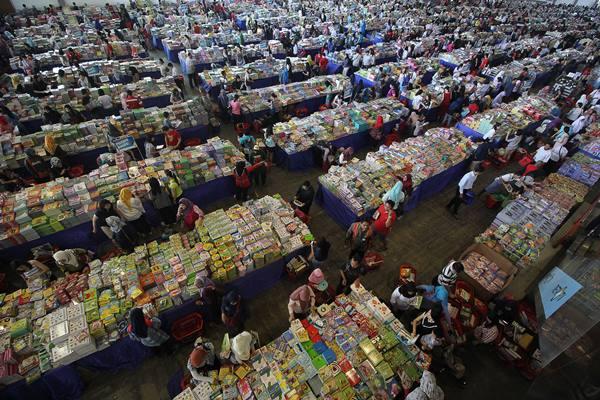 "Pengunjung melihat buku-buku yang dijual pada pameran buku ""The Big Bad Wolf Book Sale"" 2016 di JX International, Surabaya, Jawa Timur, Rabu (19/10). - Antara"
