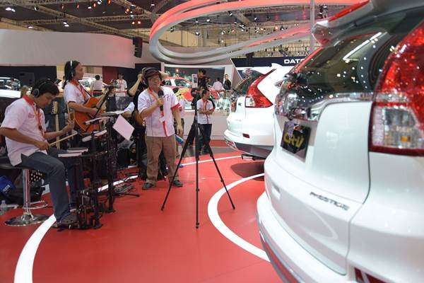 Sejumlah pemusik memainkan sejumlah lagu yang suaranya dapat dinikmati layaknya konser dalam mobil New Honda CR-V 2.4L versi Fender audio di booth Honda GIIAS 2015 , ICE , Serpong, Tangerang Selatan, Selasa (25/8). - Antara