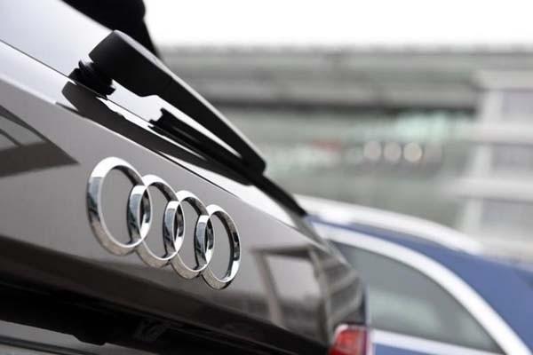 Logo Audi terlihat pada sebuah kendaraan yang diparkir di halaman depan kantor pusat produsen otomotif tersebut di Ingolstadt, Jerman. - Reuters/Audi Reuters/Lukas Barth
