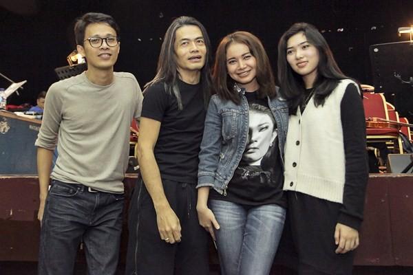 Penyanyi Rossa (kedua kanan) berfoto bersama penyanyi Isyana Sarasvati (kanan), Pengarah Panggung Jay Subiakto (kedua kiri) dan Pengarah Musik Tohpati saat melakukan latihan jelang konser Rossa, di Jakarta, Senin (10/4). - Antara/Muhammad Adimaja