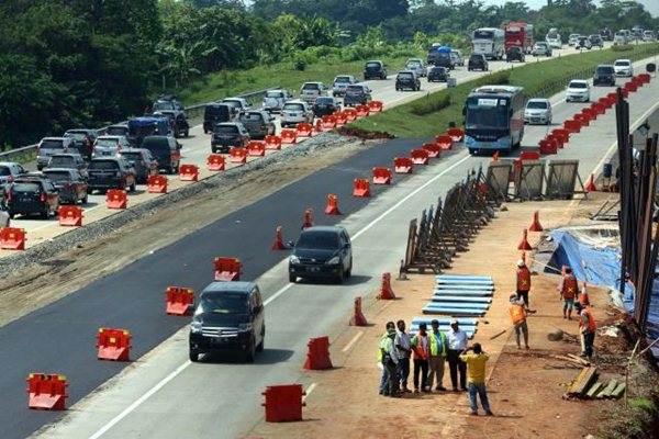 Petugas melakukan perbaikan jalan amblas di KM 103 jalan tol Cikopo-Palimanan (Cipali) arah Cikopo, Subang, Jawa Barat, Sabtu (2/7). - JIBI/Rachman