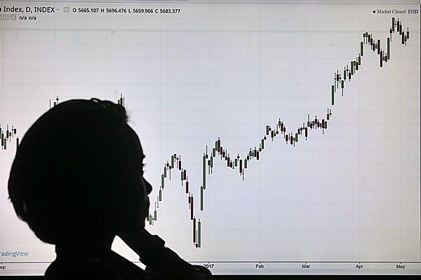 Karyawan mengamati pergerakan indeks harga saham gabungan (IHSG), di Jakarta, Senin (8/5). - Antara/Muhammad Adimaja