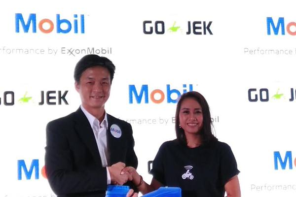 Michael Li, Marketing Director ExxonMobil Lubricants Indonesia (kiri) dan Monica Oedang, Chief Human Resources Officer Go/Jek Indonesia berfoto bersama menandakan dimulainya kerja sama dua perusahaan.