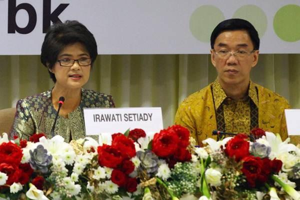 Presiden Komisaris PT Kalbe Farma Tbk. Irawati Setiady (kiri), memberikan paparan didampingi Presiden Direktur Vidjongtius, pada RUPST perseroan di Jakarta, Senin (5/6). - JIBI/Dwi Prasetya