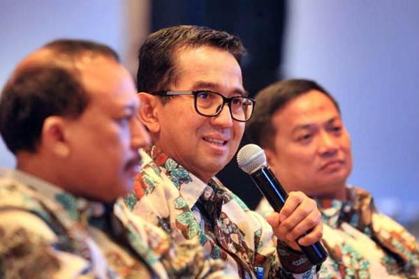 Direktur Utama PT Permodalan Nasional Madani (Persero) Parman Nataatmadja (tengah) memberikan penjelasan mengenai kinerja perusahaan di Jakarta, Rabu (31/5). - JIBI/Dedi Gunawan