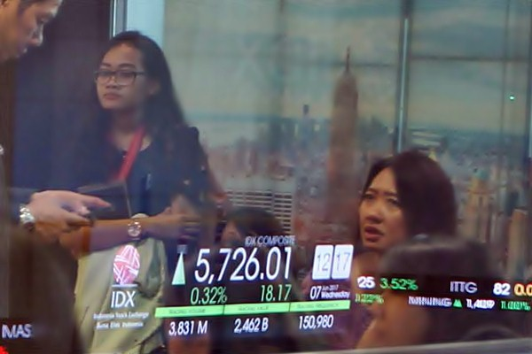 Karyawan beraktivitas di depan layar indeks harga saham gabungan (IHSG), di Jakarta, Rabu (7/6). - JIBI/Endang Muchtar