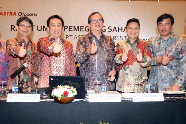 Presiden Direktur PT Astra Otoparts Tbk Hamdhani Dzulkarnaen Salim (tengah), Direktur Kusharijono (dari kiri), Presiden Komisaris Djony Bunarto Tjondro, Direktur Yusak Kristian Solaeman, dan Direktur Lay Agus seusai rapat umum pemegang saham tahunan di Jakarta, Rabu (12/4). - JIBI/Dedi Gunawan