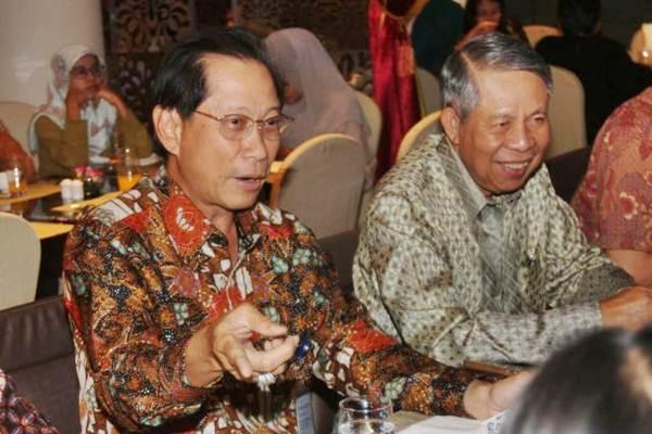 Presiden Direktur PT Bank Central Asia Tbk Jahja Setiaatmadja (kiri) bersama Direktur Suwignyo Budiman, menjawab pertanyaan wartawan, di Jakarta, Selasa (20/6). - JIBI/Endang Muchtar