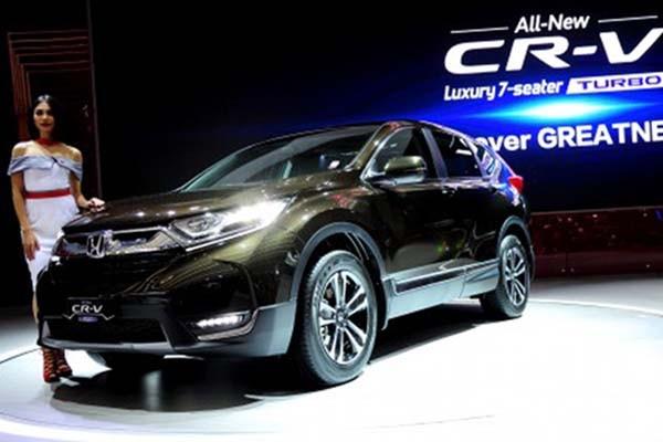 Seorang model berpose di sisi All New Honda CR-V - Antara/Zarqoni Maksum