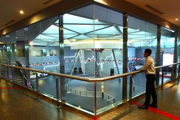 Karyawan mengamati indeks harga saham gabungan (IHSG) di gedung Bursa Efek Indonesia Jakarta, Selasa (4/7). - JIBI/Dwi Prasetya