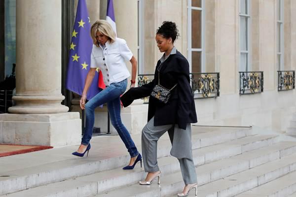 Ibu Negara Prancis Brigitte Macron dan penyanyi Rihanna di Elysee Palace, Paris 26 Juli 2017. - Reuters
