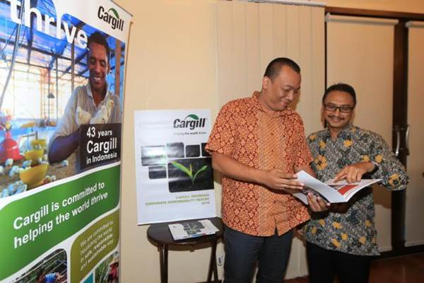 Country Representative Cargill untuk Indonesia Arief Susanto (kanan) didampingi Corporate Responsibility Manager Agung Baskoro berbincang saat peluncuran laporan CSR Cargill 2016 di Jakarta, Selasa (20/6). - JIBI/Nurul Hidayat