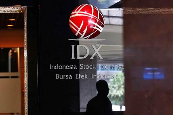 Siluet karyawan melintas di dekat logo IDX Indonesia Stock Exchange, di gedung Bursa Efek Indonesia Jakarta, Rabu (13/9). - JIBI/Dwi Prasetya
