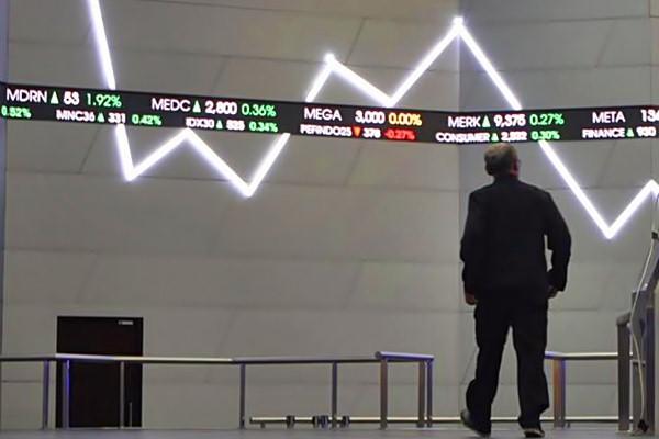 Karyawan bejalan di depan layar indeks harga saham gabungan (IHSG), di Jakarta, Rabu (7/6). - JIBI/Endang Muchtar