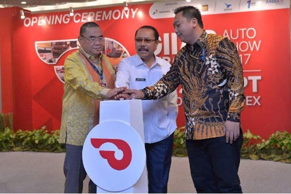 Ketua III Gaikindo Rizwan Alamsjah, Sekretaris Daerah Provinsi Jawa Timur Ahmad Sukardi, dan Direktur One Event Yusuf Karim Ungsi resmi membuka GIIAS Surabaya Auto Show 2017, Rabu (20/9 - 2017)